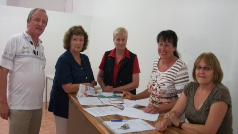 Ein großer, erfreulicher Moment: Der Mietvertrag wird am 02.09.2015 unterschrieben. Von links: Vermieter Herr Wiedemann, Irmgard Sutter, Margret Vogt, Vermieterin Frau Wiedemann