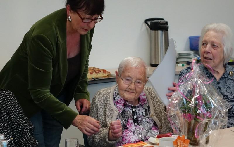 Hannelore Wolf -Mitte- fuer 50 Jahre AWO-Arbeit geehrt